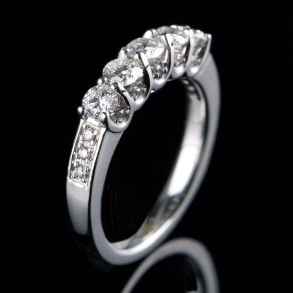 Foto af diamantring med 5 store og 6 små diamanter