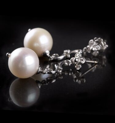 Earstuds with pearls and diamonds